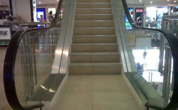 tendresse dans un escalator