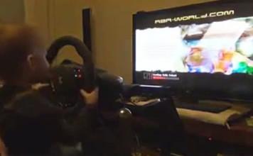Un bébé joue à un jeu de Rallye