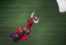 un-parachutiste-se-pose-en-vol