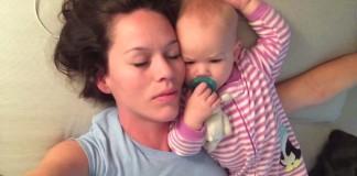 Une maman essaie de dormir avec son bébé