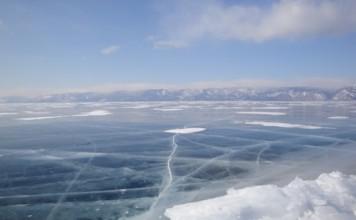 glace transparente d'un lac