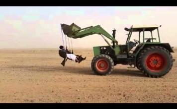 Faire de la balançoire dans le désert
