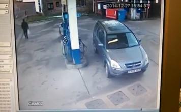 Femme au volant Vs station essence