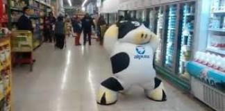 La danse énergique d'une mascotte vache
