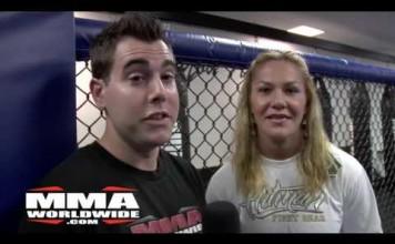 Une combattante MMA fait un étranglement sur un journaliste