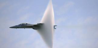 Un avion de chasse F-18E passe le mur du son