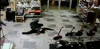 braqueur-simule-mort-magasin