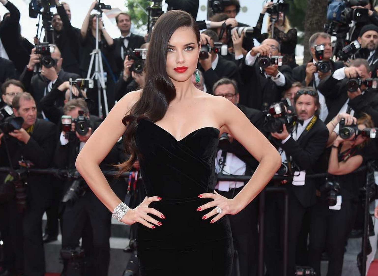 adriana-lima-decollete-cannes-2015