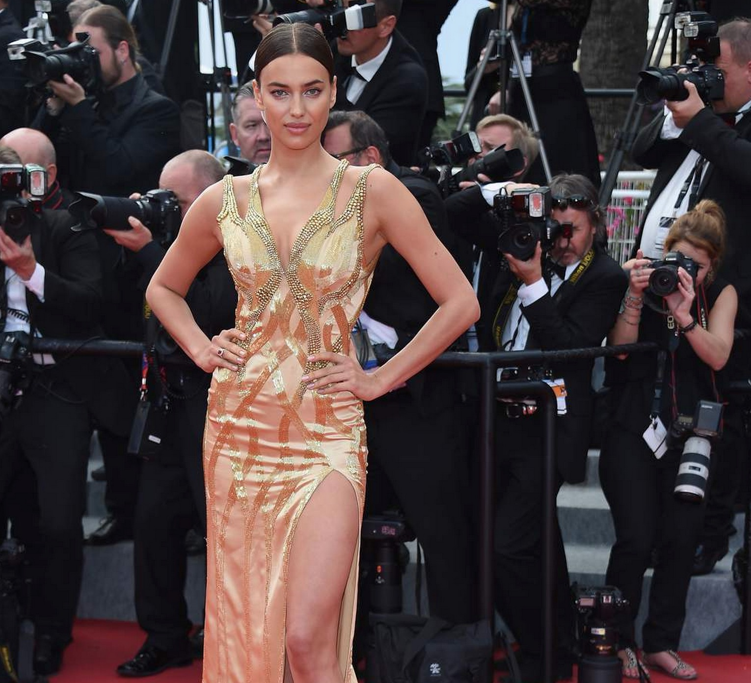 irina-Shaik-decollete-cannes-2015