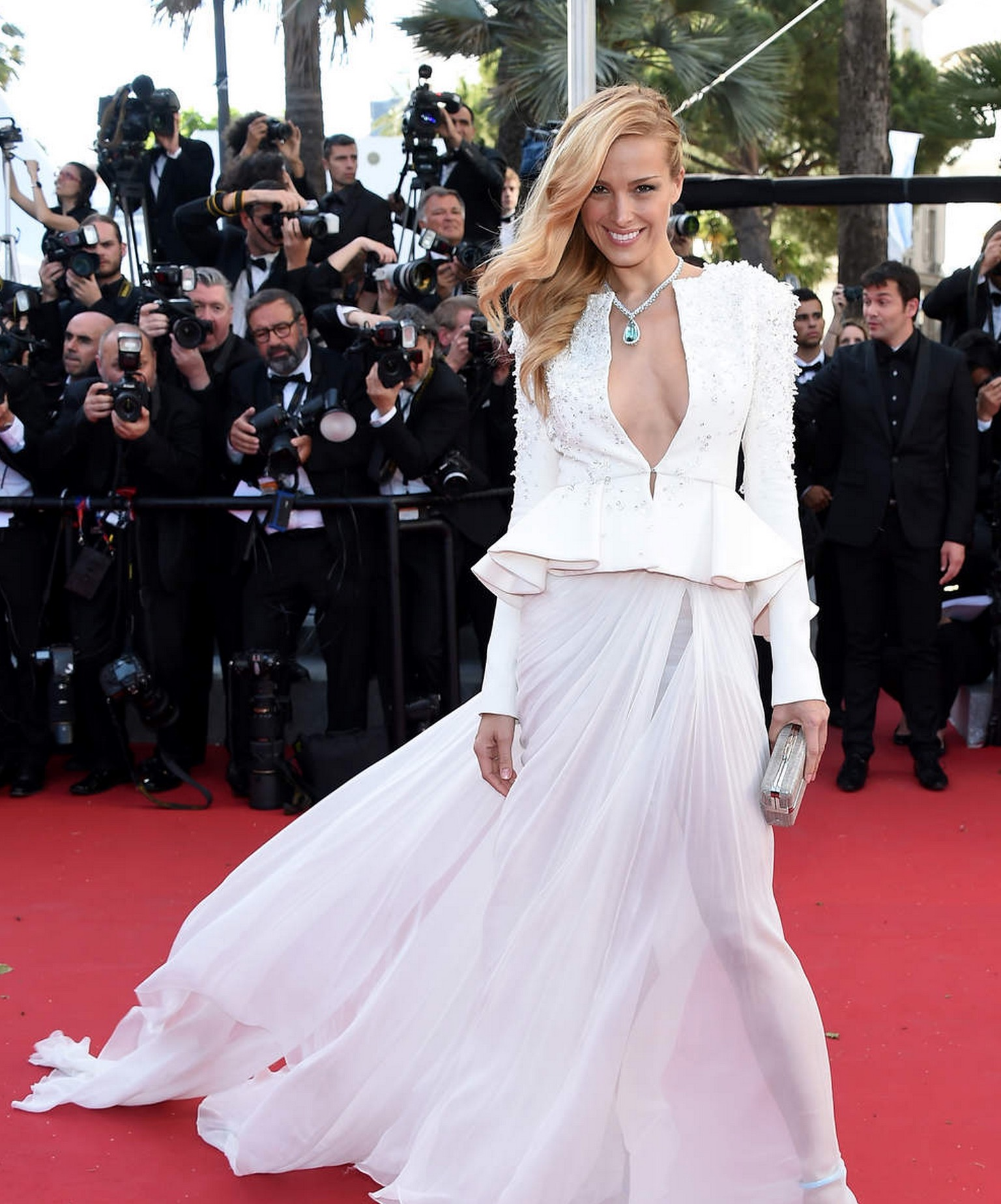 petra-nemcova-decollete-cannes-2015