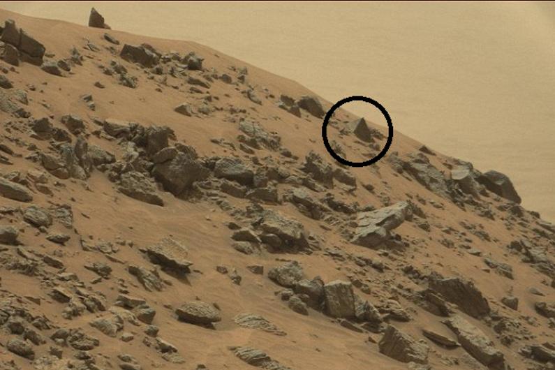 la-pyramide-photographiee-sur-mars-par-le-rover-curiosity