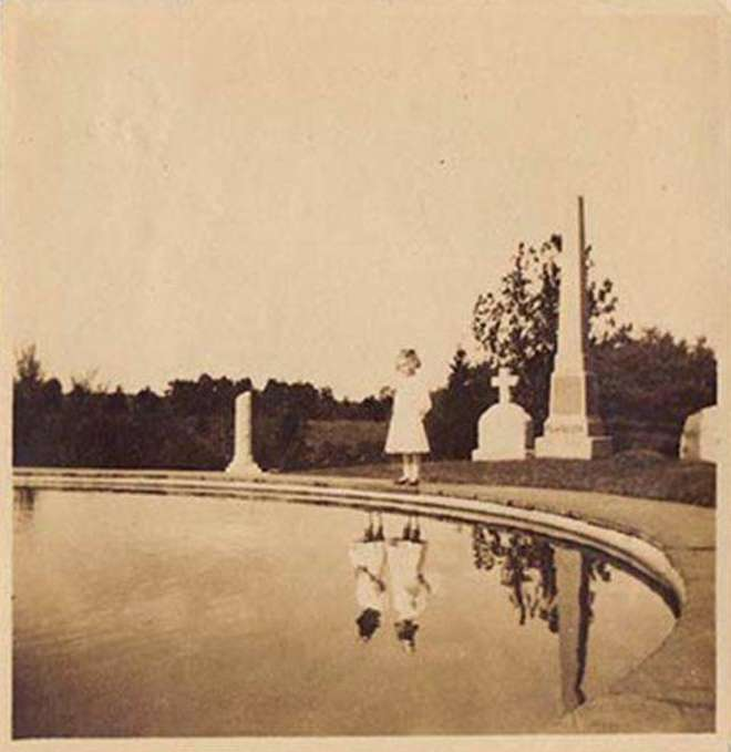 scary-creepy-real-photos-cemetary-girls-reflection-pool-L