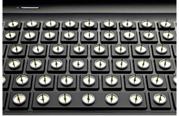 Le clavier avec des punaises