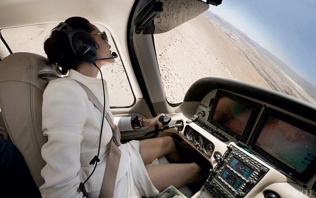 Angelina-Jolie-pilote-un-avion-Cirrus-SR22