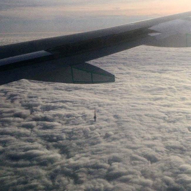 Appercu-de-la-tour-CN-au-dessus-des-nuages