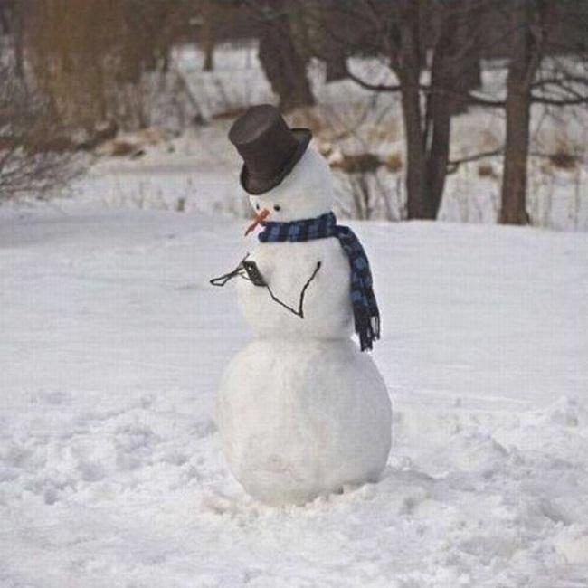 Bonhomme-de-neige-avec-son-smartphone