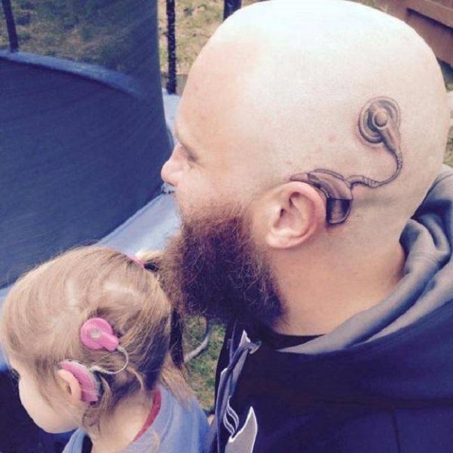 Papa-qui-se-tatoue-lappareil-auditif-à-sa-fille