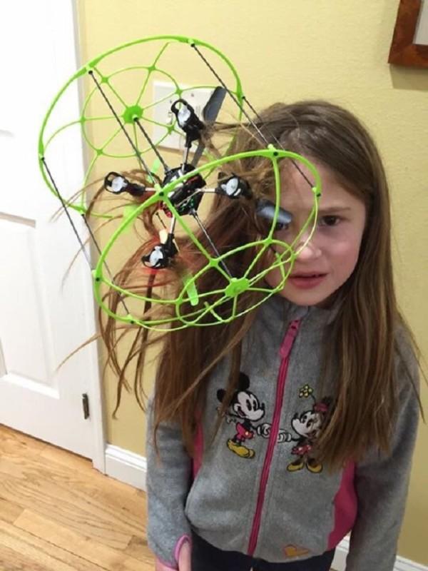 Cette-enfant-a-recu-un-drone-pour-noel