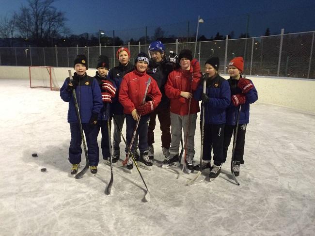Président-Finlandais-après-avoir-joué-un-match-de-hockey-avec-des-enfants