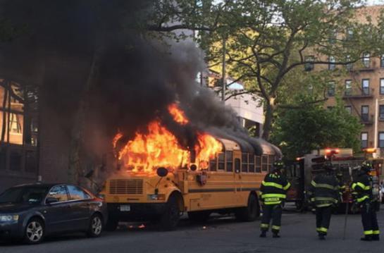New York des enfants incendient un bus scolaire