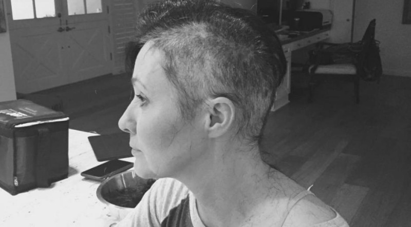 shannen_doherty_atteinte_dun_cancer_elle_se_rase_la_tete_photos