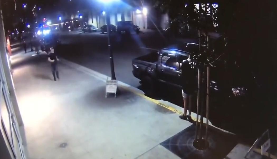 Un homme ivre a la mauvaise idée de pisser sur une voiture…