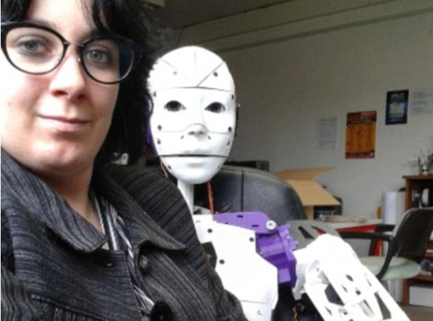 Public-Buzz-Elle-tombe-amoureuse-d-un-robot_portrait
