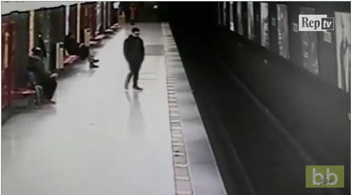Un homme sauve un petit garçon tombé sur les rails du métro en Italie