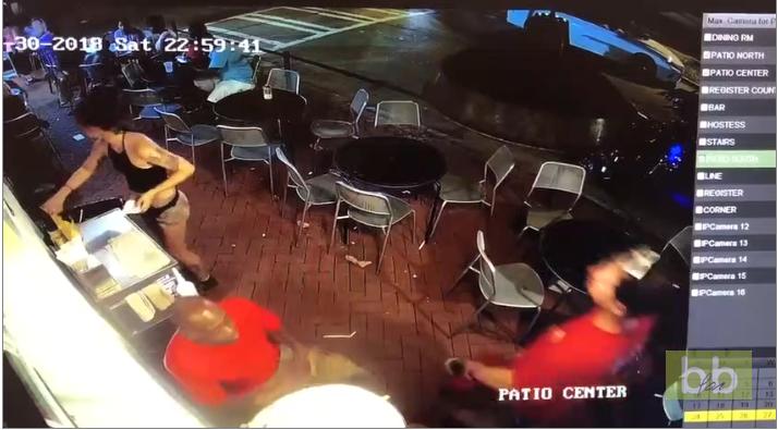 Un homme touche les fesses d'une serveuse