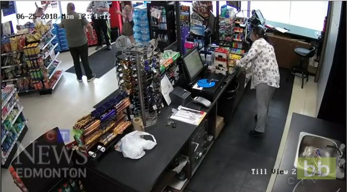 Deux suspects tentent d'échapper à un policier après avoir payé avec une CB volée dans une supérette