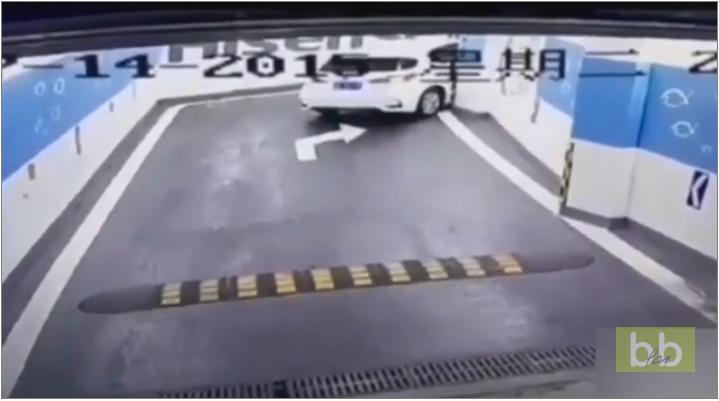 Un automobiliste se retrouve curieusement coincé dans un parking