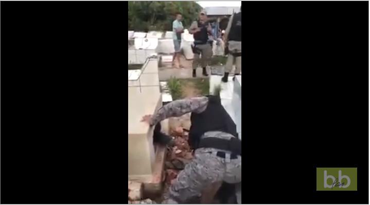 Un homme coincé vivant dans une tombe est sauvé par la police au Brésil