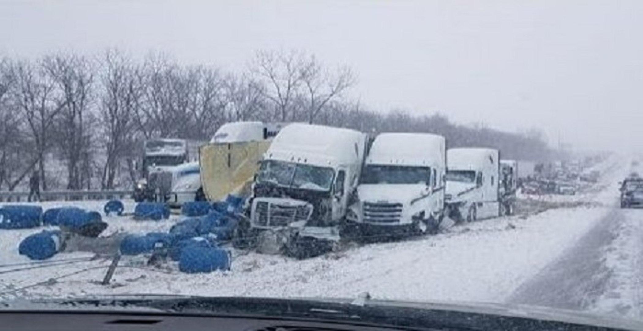 Il filme un carambolage dingue sur une autoroute enneigée aux États-Unis