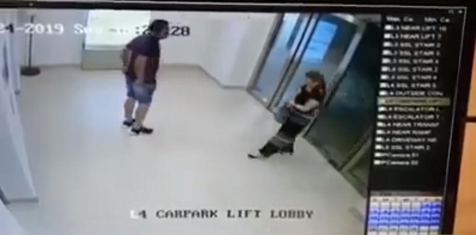 Une énorme porte vitrée tombe sur la tête d'une femme