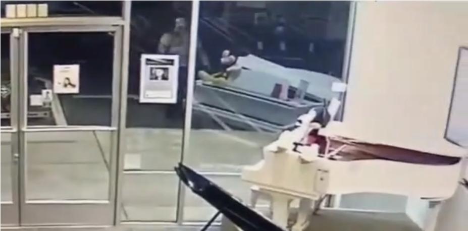 Un homme fracasse la vitrine d'un magasin en pleine nuit pour voler….