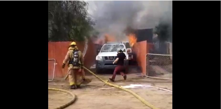 Un homme entre dans une maison en feu et risque sa vie pour sauver son chien