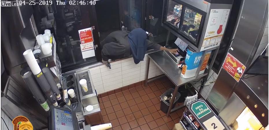 Le pire voleur du monde qui n'arrive pas à ouvrir la caisse d'un fast-food pour voler l'argent !
