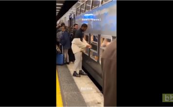 Cet homme a une technique pour monter dans un RER pendant les grèves à Paris