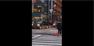Des passants soulèvent une voiture coincée sur une femme à New York !