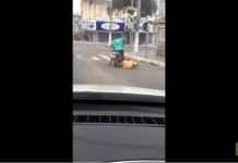 Deux hommes complètement torchés essayent désespérément de rouler à moto