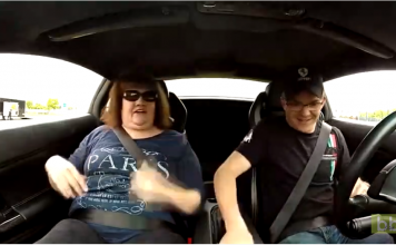 Il fait faire à sa maman un petit tour en Lamborghini