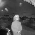 Quand une femme terrifiante sonne à la porte en pleine nuit