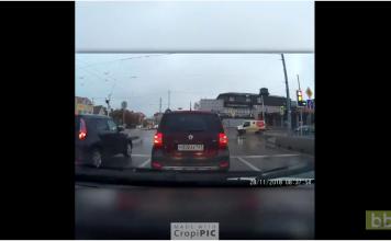 Un automobiliste veut doubler tout le monde et va le regretter...