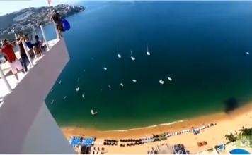 Un base jumper percute un immeuble et atterrit sur un balcon