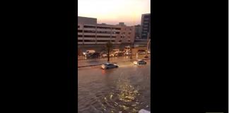 Un homme a la solution pour circuler pendant les inondations...