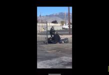 Un homme se fait voler son vélo pendant qu'il se fait arrêter par des policiers