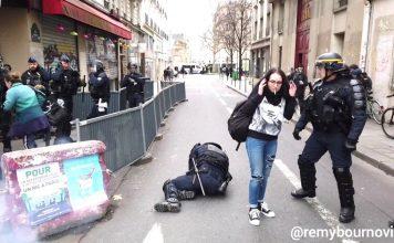 Un policier se prend un pétard sur le visage, ses collègues le traînent pour l'exfiltrer