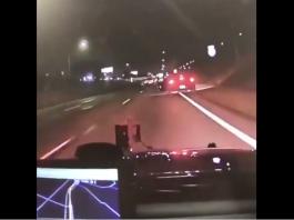 Un suspect saute de sa voiture en marche pendant une course poursuite avec la police