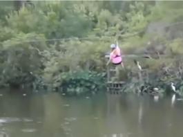 Une femme à deux doigts de se faire croquer par un alligator en faisant de la tyrolienne