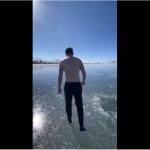 Il manque de rester coincé sous la glace d'un lac en nageant !